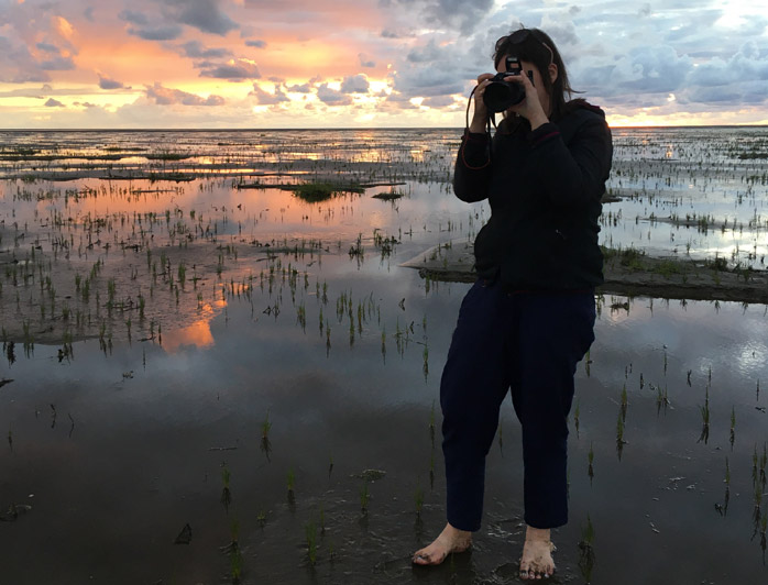 Nordseeurlaub im Weltnaturerbe Schleswig-Holsteinisches Wattenmeer, entspanntes Wattlaufen im Sonnenuntergang